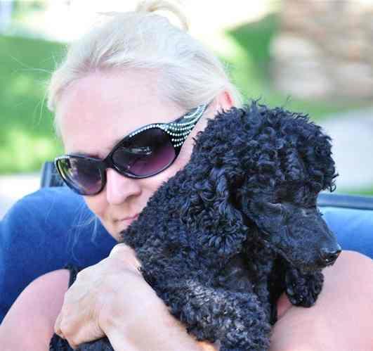 Foto der Fahrlehrerin Barbara Manz mit ihrem Pudel