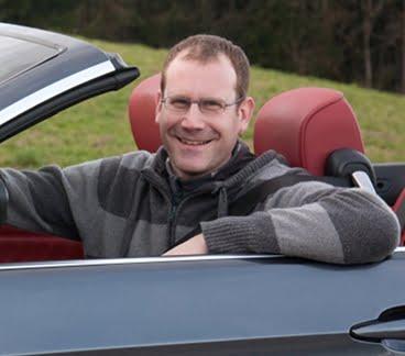 Foto des Fahrlehrers Claude Truffer in seinem Cabrio
