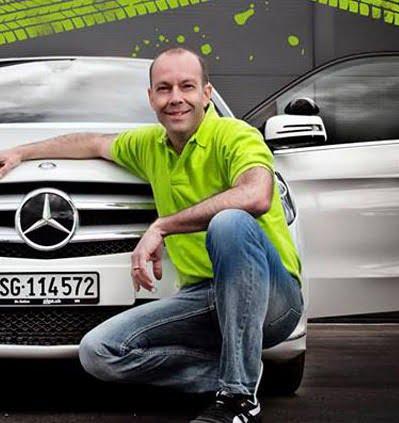 Foto des Fahrlehrers Walti Fässler vor seinen Fahrschulauto