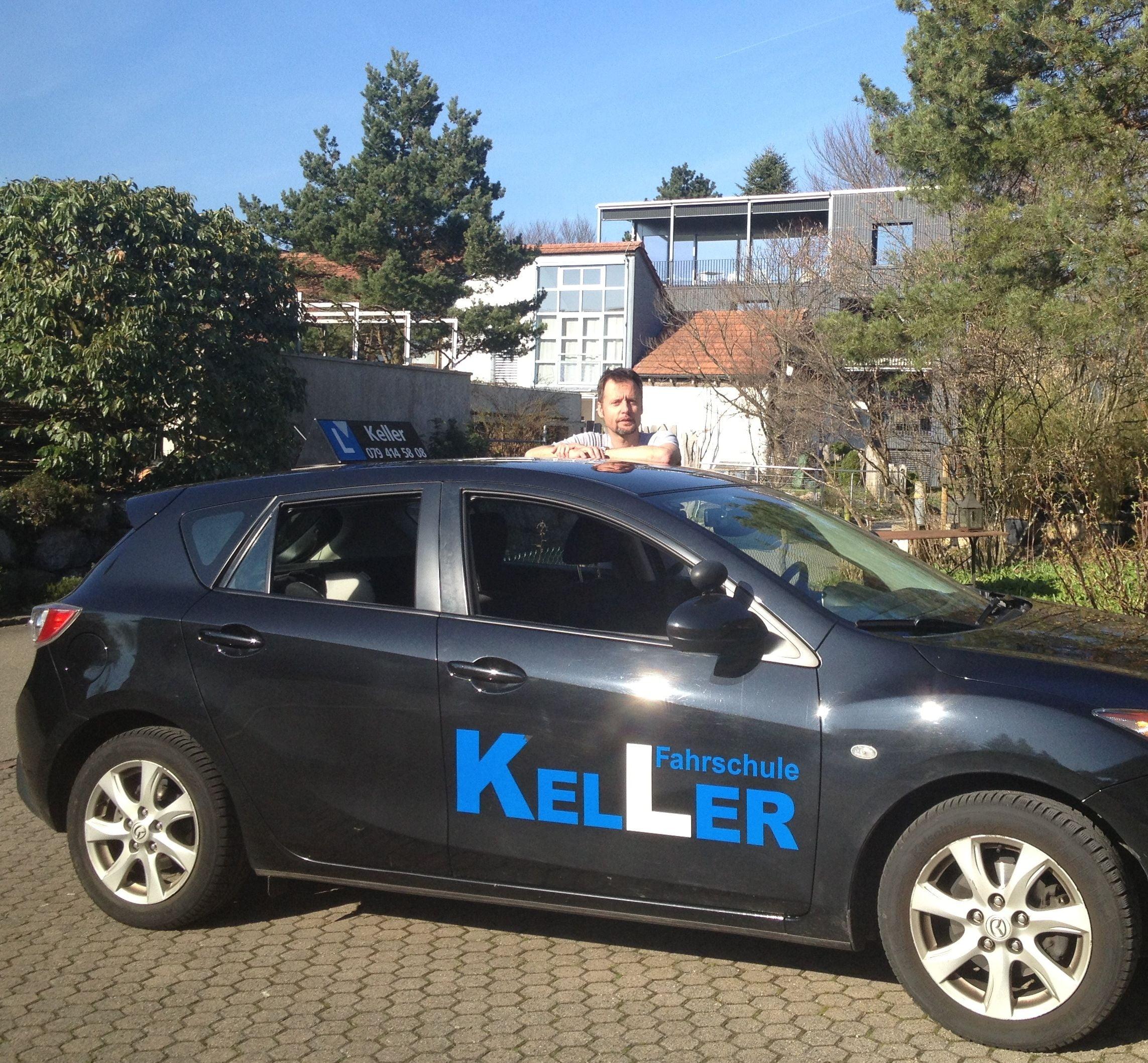 Foto des Fahrlehrers Roli Keller mit seinem Fahrschulauto