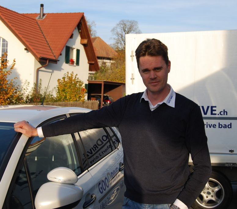 Foto von Fahrlehrer Marc Zumbühl neben seinem Fahrschulauto