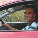 Hansueli Manser in seinem Fahrschulauto
